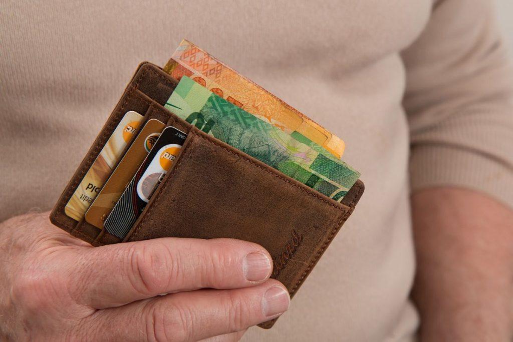 ¿Es mejor pagar en efectivo o con tarjeta de Crédito?